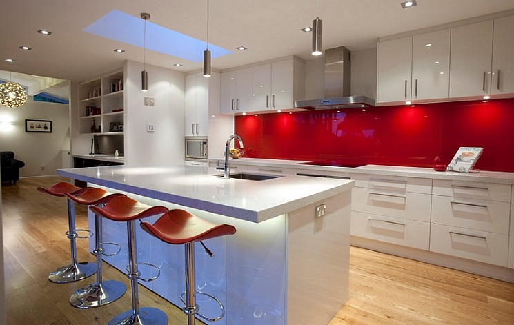 Glossy-back-painted-glass-backsplashes-in-red-are-both-popular-and-trendy
