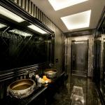 تزئینات حمام در جایی که عمدتا از رنگ سیاه استفاده می شود