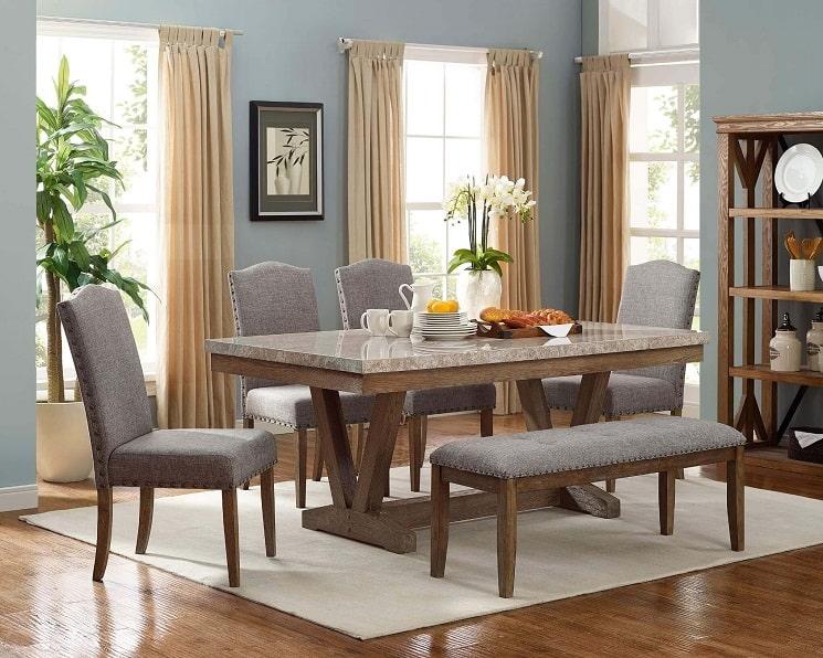 میز ناهار خوری در اتاق نشیمن